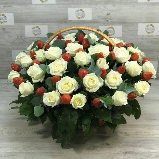 Корзины с цветами. Белые розы. Клубника.  N156: букеты цветов на заказ Flowwow
