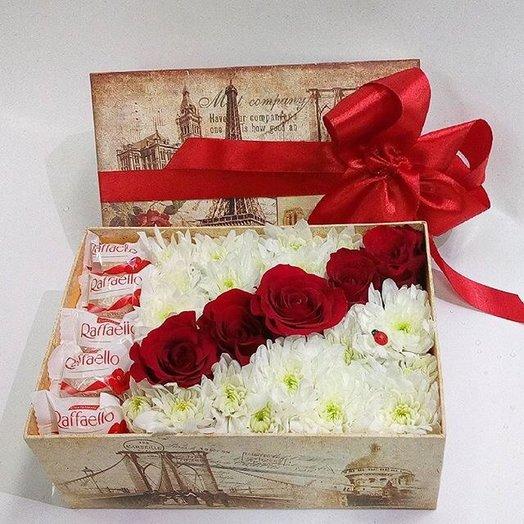 Коробочка с цветами и вкусняшками
