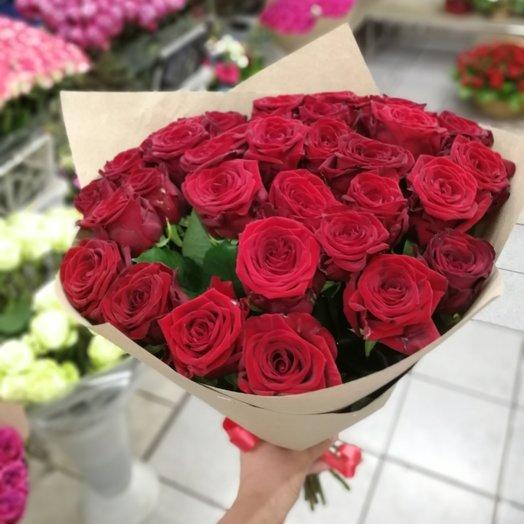 Букет из 31 роза в оформлении крафт бумаги: букеты цветов на заказ Flowwow