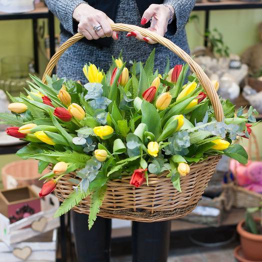"""Корзина с тюльпанвми """"Однажды весной"""": букеты цветов на заказ Flowwow"""
