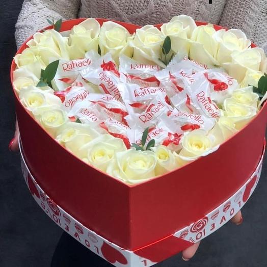 Коробка из белых роз и раффаэло