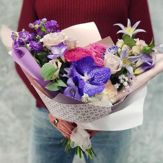 Букет стильнй из орхидеи Ванда, роз и клематиса