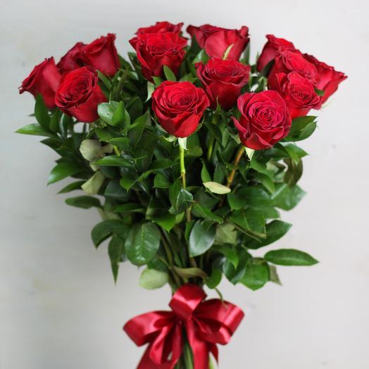 Букет из 15 роз с зеленью