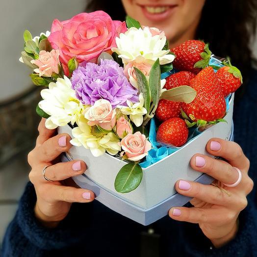 Композиция в сердце с клубникой: букеты цветов на заказ Flowwow