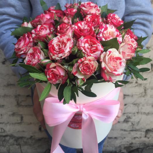 Яркая коробка с кустовыми розами: букеты цветов на заказ Flowwow