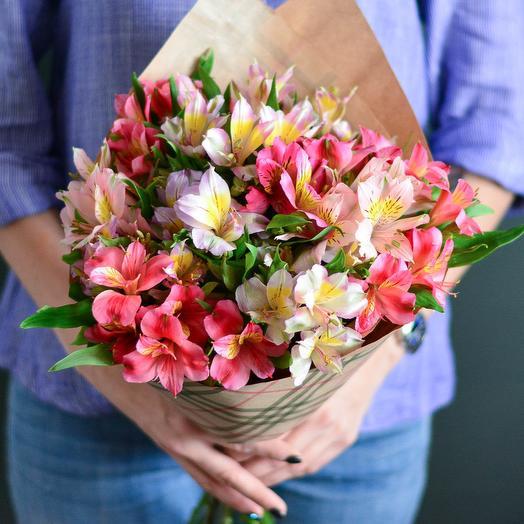 15 альстромерий в крафте: букеты цветов на заказ Flowwow