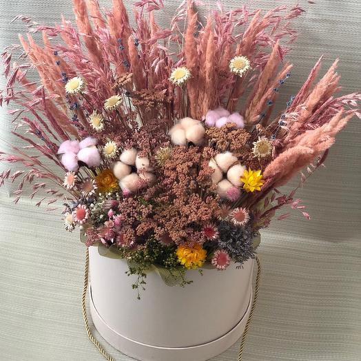 Букет пудровый из сухоцветов в шляпной коробке