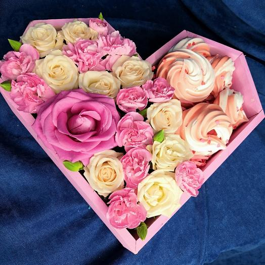 Коробка сердце с цветами и безе