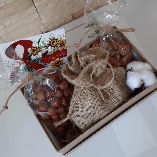 Коробка с орешками и ретро открыткой