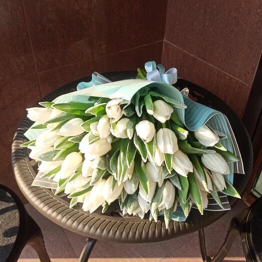 """Букет из 39 белых тюльпанов с опылением """"Подснежник"""""""