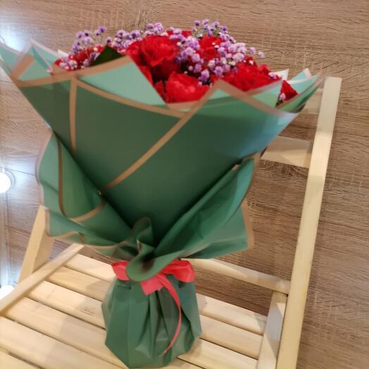 Алые розы и лавандовая гипсофила