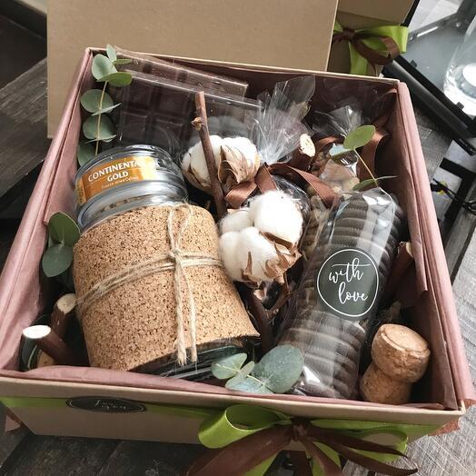 Крафт коробочка с кофем, шоколадом, орешками и печеньем