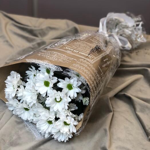 Трио белых хризантем