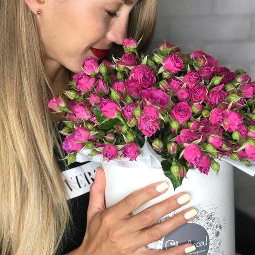 Букет из малиновой кустовой розы в шляпной коробке