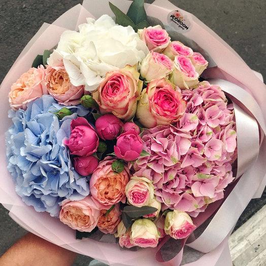 Пушистый букет с гортензией и пионовидными розами