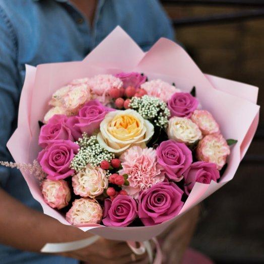 С пионовидной розой и ягодами (Розовый): букеты цветов на заказ Flowwow