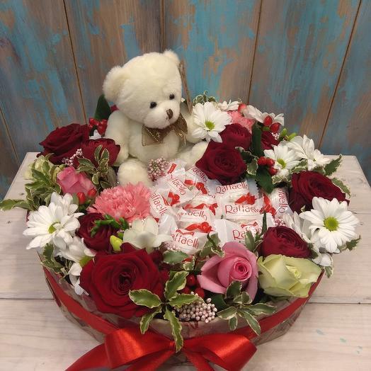 Большая композиция с медведем и Раффаэло: букеты цветов на заказ Flowwow