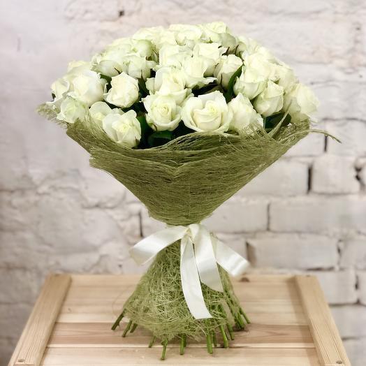 Букет из 51 белой розы в сизали: букеты цветов на заказ Flowwow