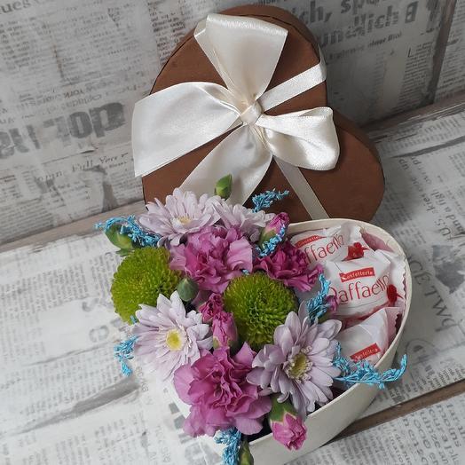 Композиция с цветами и рафаэлло: букеты цветов на заказ Flowwow