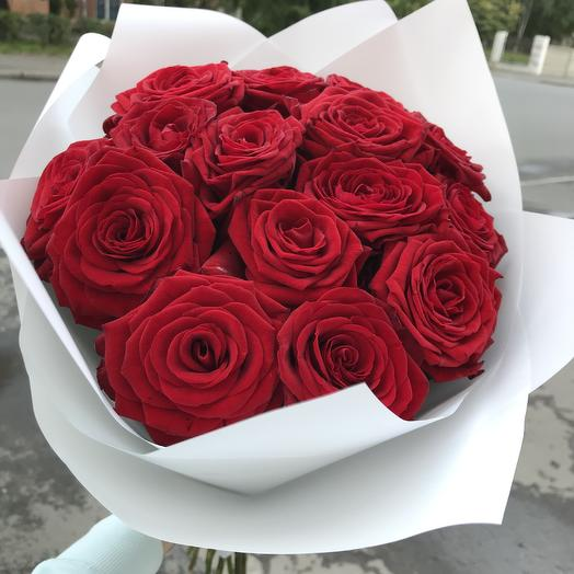A bouquet of 15 roses