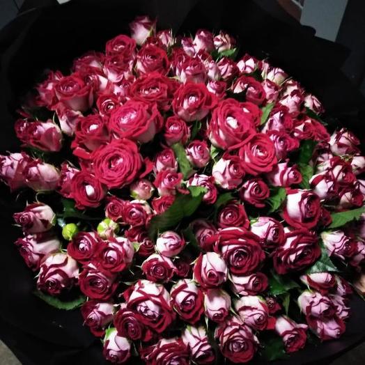 Кустовые розы в черном крафте 51 шт: букеты цветов на заказ Flowwow