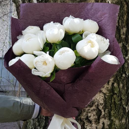 15 белых пионов в крафте: букеты цветов на заказ Flowwow