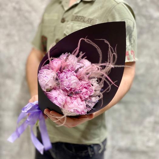 Пионы Сара Бернар с лавандой в крафтовом кульке