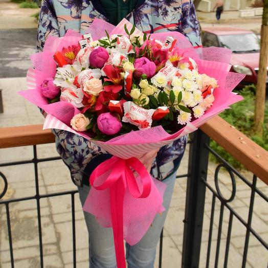 Очаровательный букет с цветами и конфетами