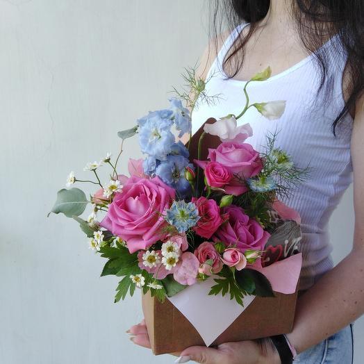 Композиция из роз, дельфиниума, ромашки и печенья Love: букеты цветов на заказ Flowwow