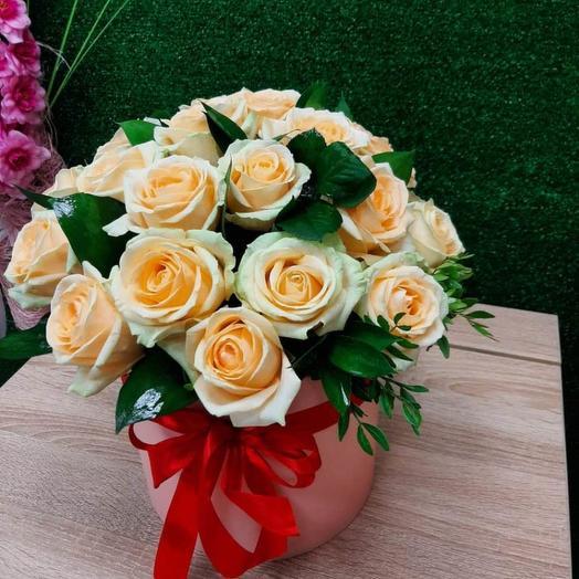 19 бежевых роз в коробке с зеленью