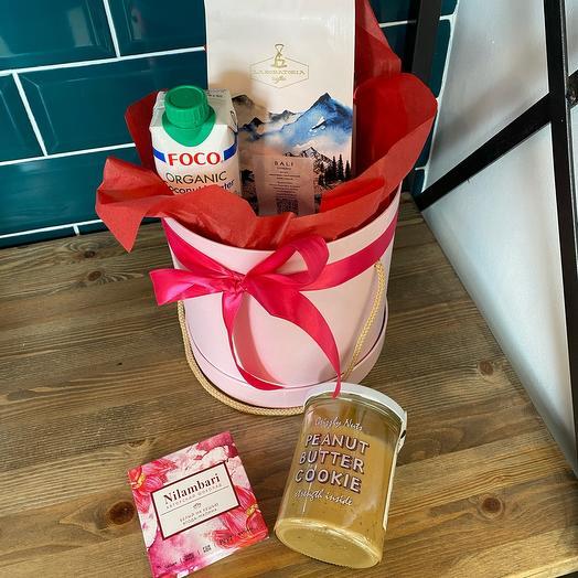 Подарочный набор из полезных сладостей и кофе