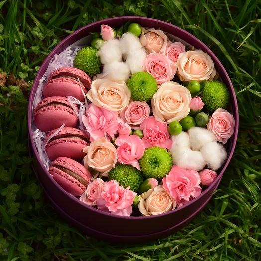 Круглая коробочка с цветами и сладостями