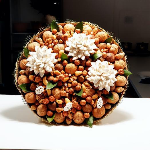 Букет из орехов с цветами