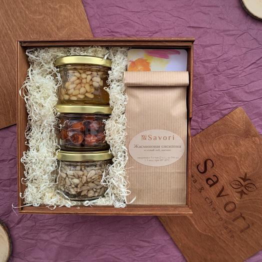 Набор: 2 чая и 3 баночки орехов в меду