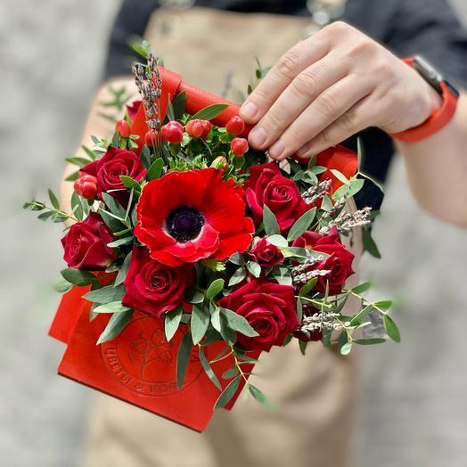 Композиция «Красная помада» с розами и анемоном