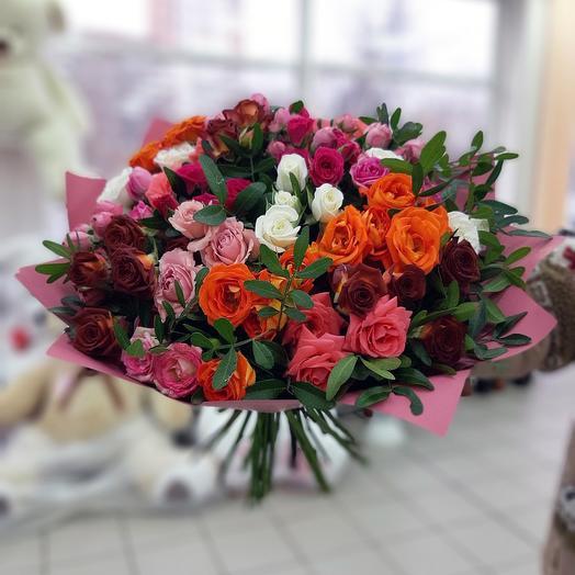Яркий букет кустовых роз