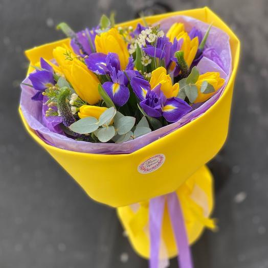 25 желтых тюльпанов и ирисов