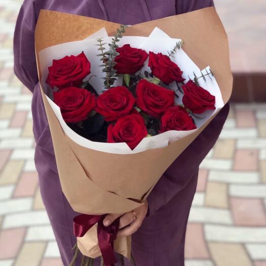 Букет красных роз с эвкалитом
