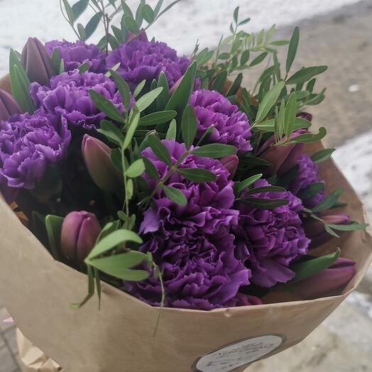 Букет из гвоздики и тюльпанов