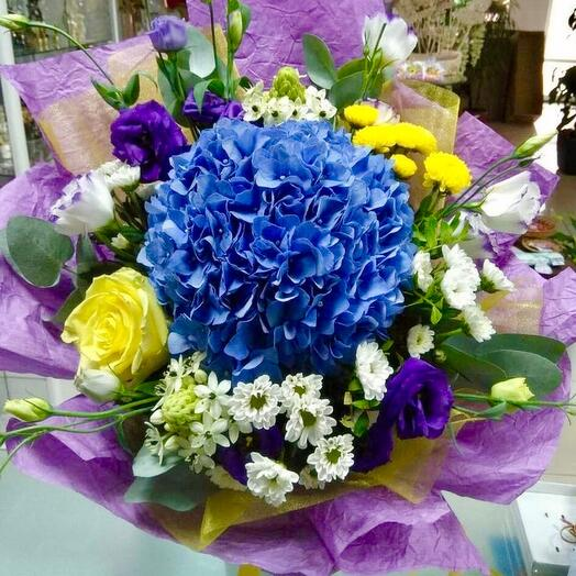Summer mix with daisies, hydrangeas, roses