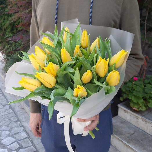 Букет жёлтых тюльпанов))