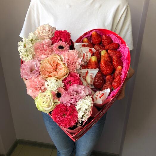 Цветы с клубникой и конфетами в сердце