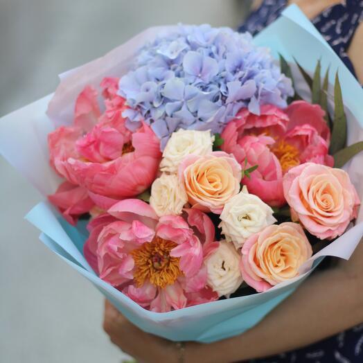 Букет из гортензии, пионов и роз