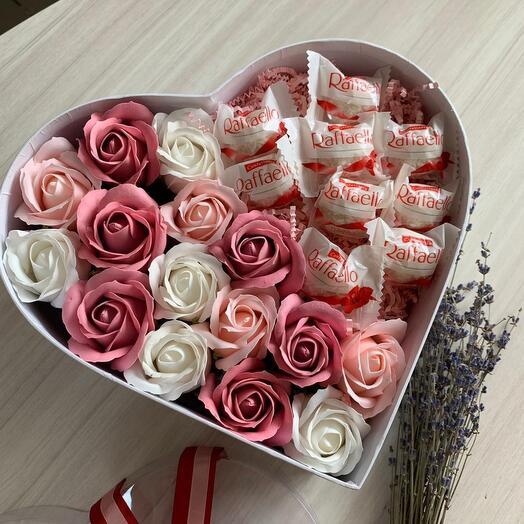 Сердце с мыльными розами и конфетами для учителя