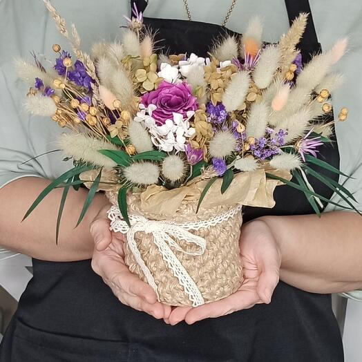 Сухоцветы в вязаном кашпо