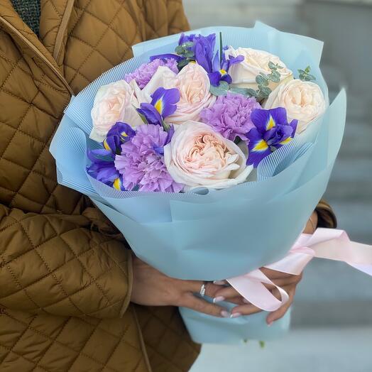 Букет Фантазия из ирисов, гвоздики, пионовидной розы Охары