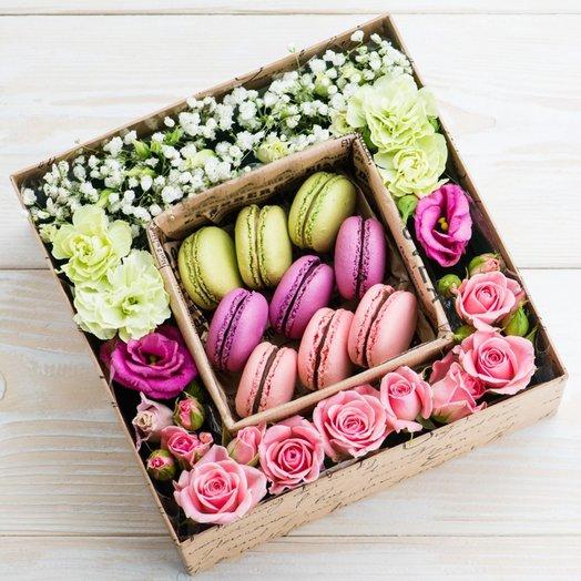 Коробочка макарон с цветами: букеты цветов на заказ Flowwow