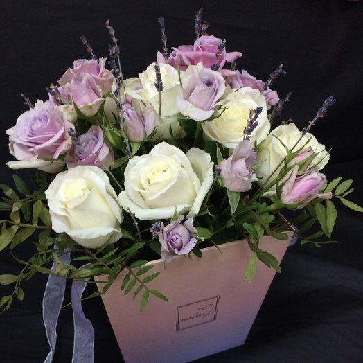 Розы белые и лавандовые в кашпо