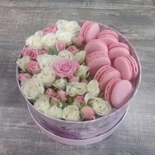 Цветочный бокс с французскими пирожными
