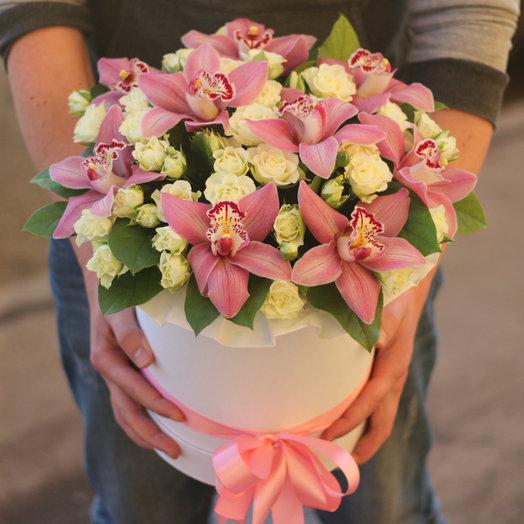 Орхидеи и розы в коробке: букеты цветов на заказ Flowwow